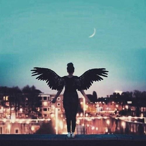 عکس پروفایل هنری از دختری که بال پرواز دارد
