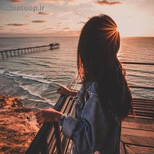 عکس دختری که در ایستاده در حال تماشای غروب آفتاب هست مخصوص برای پروفایل