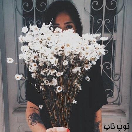 عکس دختر با شاخه گل های سفید در دست برای پروفایل تلگرام