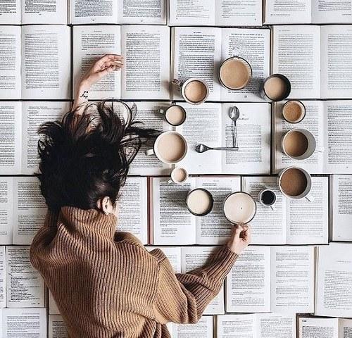 عکس خاص هنری با دختر و فنجان های چای و روزنامه