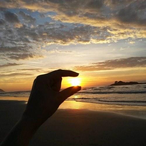 عکس منظره از غروب آفتاب ،خورشید در دست