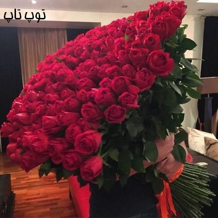 عکس بزرگترین و زیباترین دسته گل رز در دست دختر