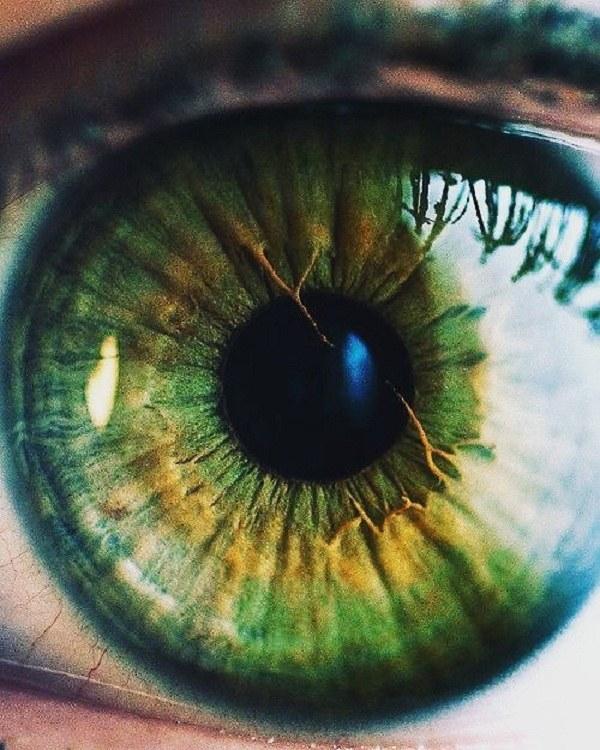 عکس دختر چشم سبز از نمای نزدیک