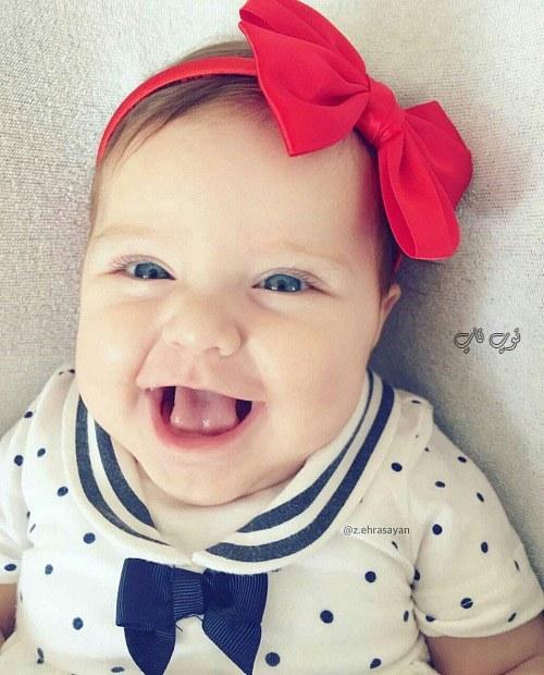 عکس دختر بچه کوچولو در حال خندیدن