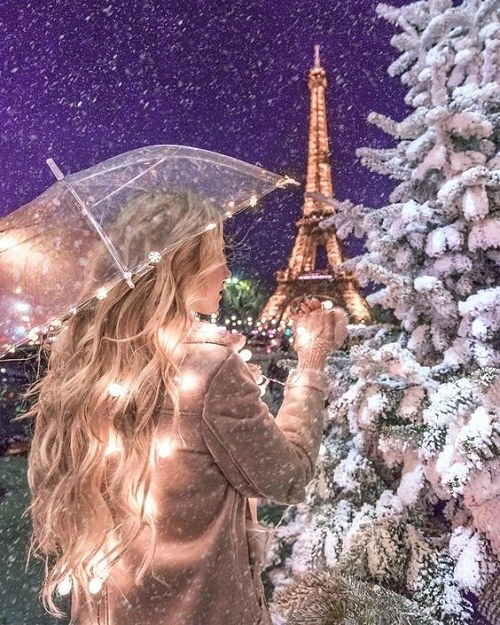 عکس دخترونه برج ایفل در هوای زمستانی