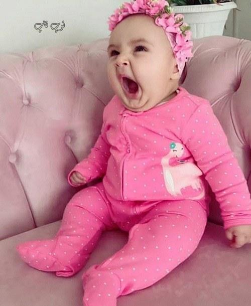 عکس دختر بچه ناز در حال خمیازه کشیدن
