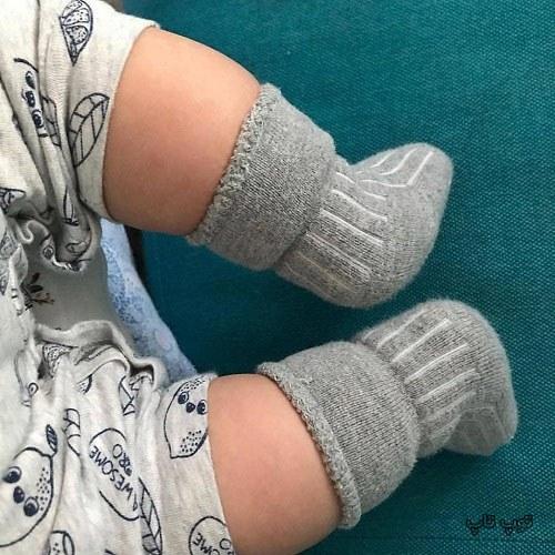 عکس نی نی بامزه با جوراب بافتنی