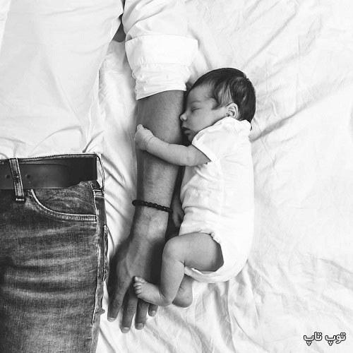 عکس نی نی که تو بغل باباش خوابیده
