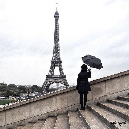 عکس دختر با چتر کنار برج ایفل