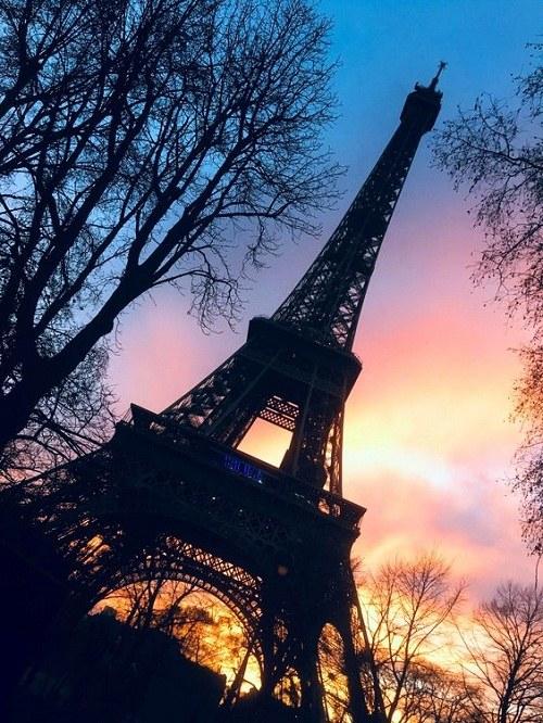 عکس خوشگل برج ایفل در سیاهی شب