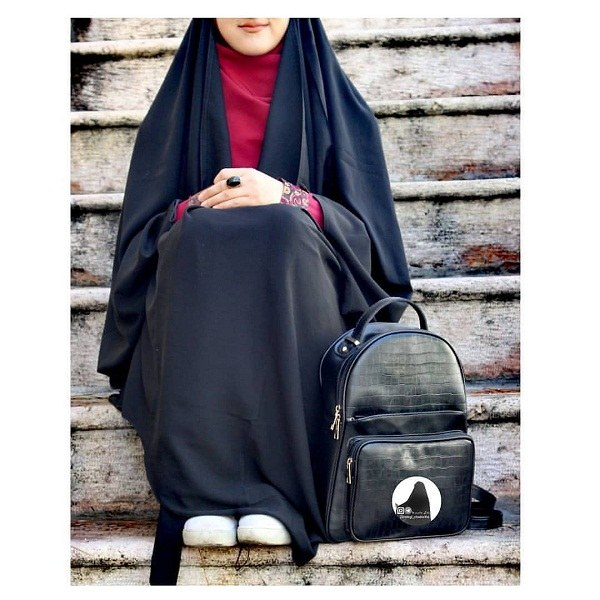 عکس دختر چادری نشسته رو زمین با کیف