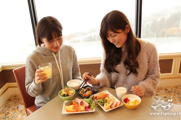 تعبیر خواب غذا خوردن در رستوران همراه با دوستان