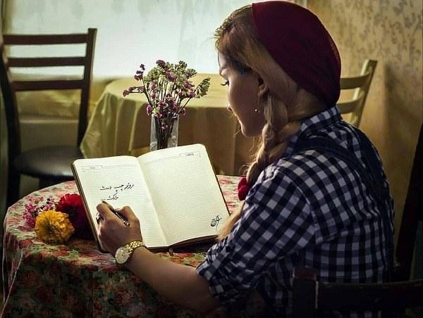 عکس ژست دخترانه با کتاب