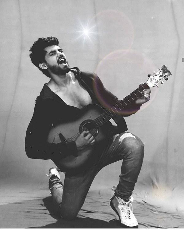 عکس ژست پسر با گیتار