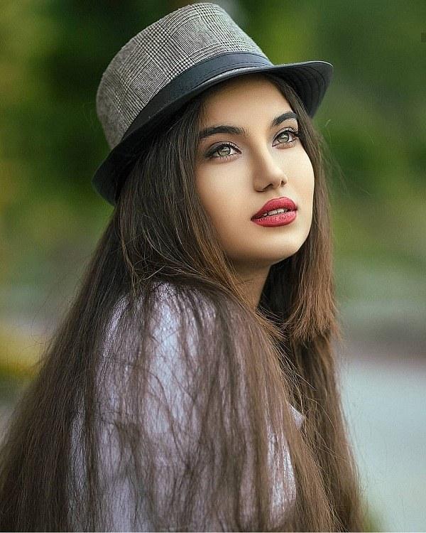 عکس ژست دختر ایستاده با کلاه