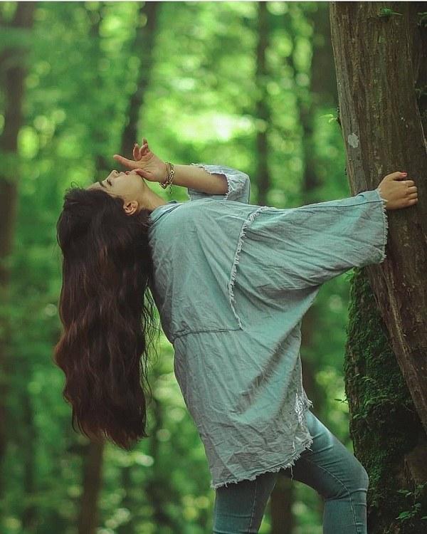 عکس ژست دخترانه کنار درخت