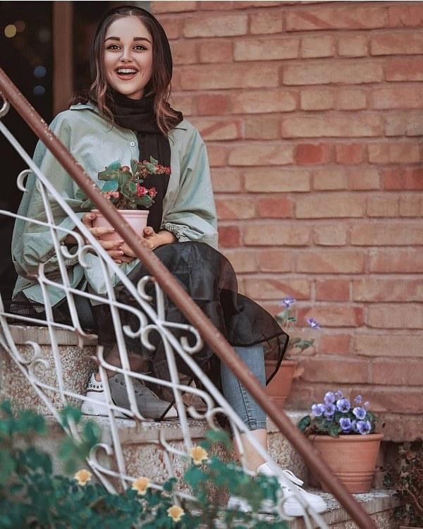 عکس ژست دختر روی پله ها