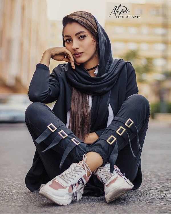 ژست دختر نشسته در خیابان