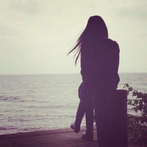 پروفایل دختر تنها کنار دریا