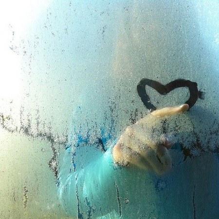 عکس پروفایل قلب روی شیشه بارانی