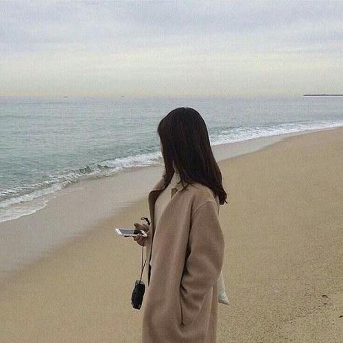پروفایل دختر دلشکسته کنار ساحل دریا