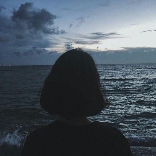 عکس پروفایل دختر ایستاده کنار دریا