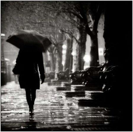 عکس پروفایل بارانی سیاه و سفید