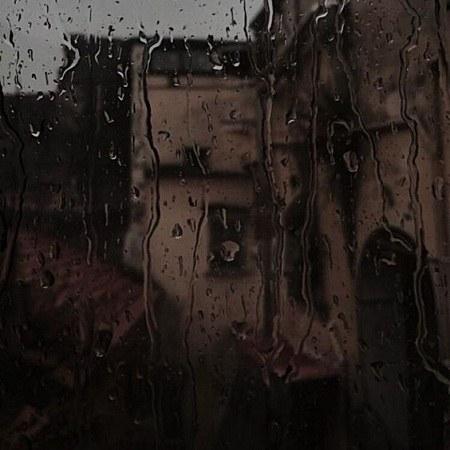 عکس پروفایل نم نم باران روی شیشه کنار بخاری