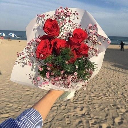 عکس پروفایل طبیعت و دسته گل در دست دختر
