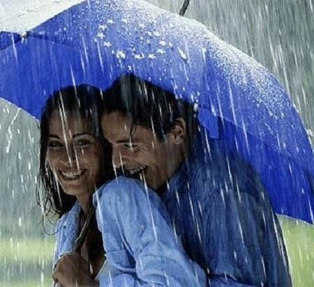 عکس پروفایل دونفره زیر چتر در هوای بارونی