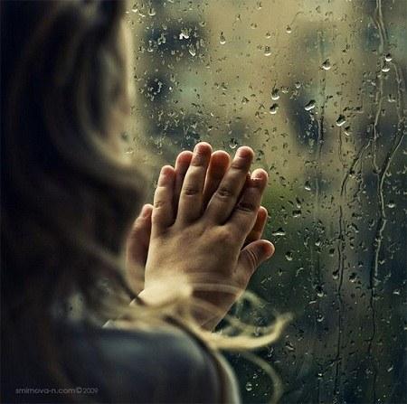 عکس پروفایل دست روی شیشه بارانی