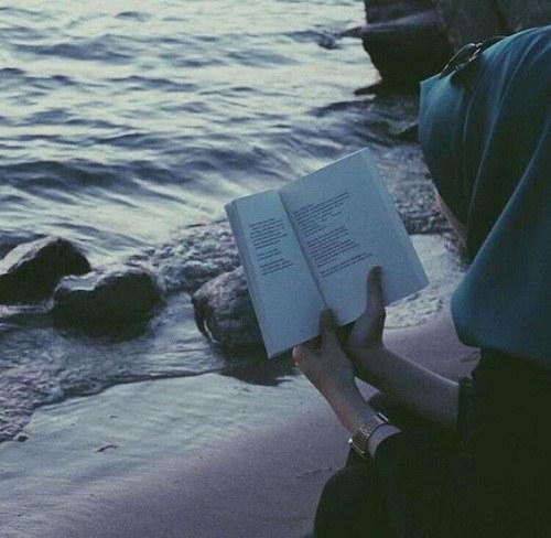 عکس پروفایل دریا دختر و کتاب
