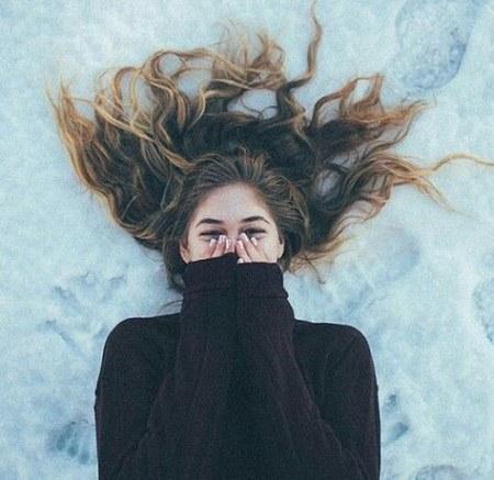 پروفایل دخترونه واتساپ خوابیده روی برف