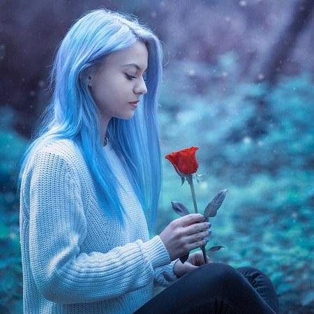 عکس پروفایل دختر با گل رز قرمز در دست