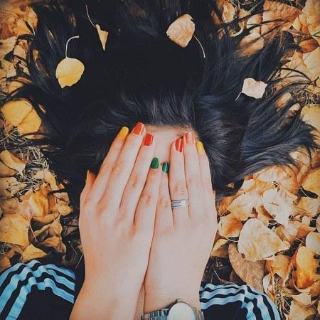 عکس دختر زیبا وسط برگ ها زرد پاییزی