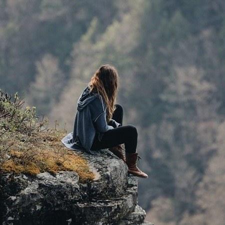 عکس پروفایل دختری که روی کوه نشسته
