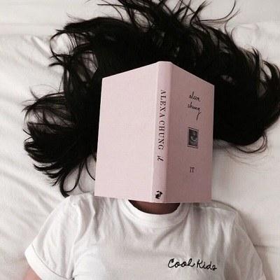 عکس دختر و کتاب برای پروفایل