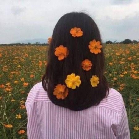 عکس پروفایل دختر با گل در دست